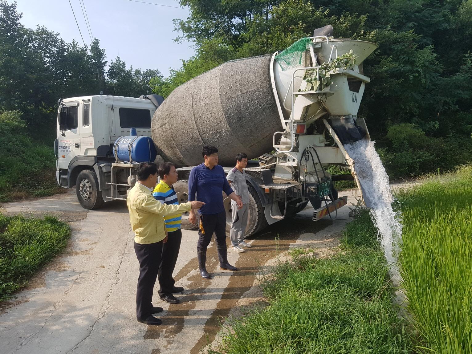 [남원동]폭염_가뭄 잡으러 레미콘차량 등 급수장비'출동'.JPG